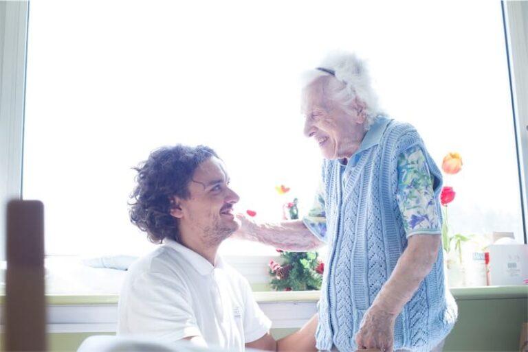 Infermiere sorridente con una vecchia signora