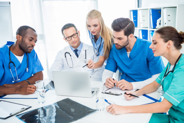 Gruppo di medici a una riunione